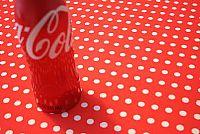 מפת שולחן בגוון אדום עם שורות נקודות לבנות
